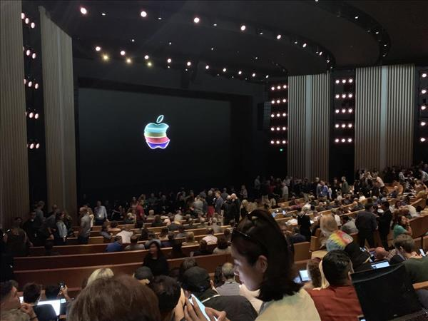 UAE- LIVE BLOG: Apple unveils new iPhones