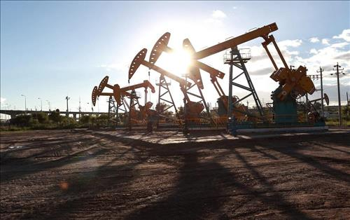 Oil sinks below $30 as recession fears weigh